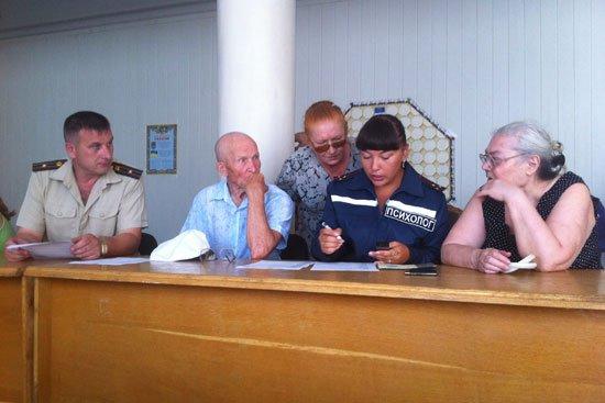 Запорожские спасатели оказывают психологическую помощь пожилым беженцам