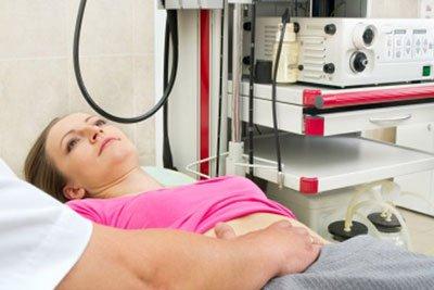 Многие пациентки с возрастом начинают испытывать проблемы с детородными органами. Во многом проблемы определены старением организма, но наследственные и генетические факторы также играют важную роль в развитии данной группы заболеваний. Лечение миомы в Израиле – как найти клинику Своевременно и правильно поставленный диагноз дает женщине возможность избежать проблем со здоровьем и, зачастую, сохранить свою жизнь. Диагностику и лечение миомы в Израиле можно провести во всех медицинских центрах страны, заказав все процедуру самостоятельно, либо обратившись к провайдеру медицинских услуг. Миома матки это доброкачественное разрастание ткани, которое в большинстве случаев удаляется хирургическим путем и, как правило, не возникает повторно. Самое важное в случае наличия опухолей в полости матки провести дифференцированную диагностику и убедиться, что процесс не носит онкологический характер. Особенно важна диагностика в случаях, когда в семейной истории уже есть заболевания раком эндометрия, или есть генетическая мутации, вызывающая рак. Гинекологические отделения ведущих клиник Израиля, таких как Шиба или Ассута, проводят полный цикл диагностики, включая такие процедуры как: диагностическая гистероскопия, вагинальное УЗИ, лабораторные тесты. Если обследования подтверждают наличие раковой опухоли, то тогда пациентке проводят ПЭТ-КТ обследование с целью выявить распространенность опухоли по организму, МРТ органов малого таза, а также Допплер половых органов. После этого, в зависимости от стадии развития опухоли, пациентке назначают соответствующее лечение. Если проведенные тесты не подтверждают наличие рака, то назначается миомэктомия – операция по удалению доброкачественной опухоли. В Израиле подобные вмешательства проводят лапарсокопическим методом, через небольшие разрезы. Малоинвазивный подход позволяет снизить послеоперационные риски и сократить восстановительный период. Как правило, после подобного вмешательства пациентка остается в клинике всего один день. Для того 