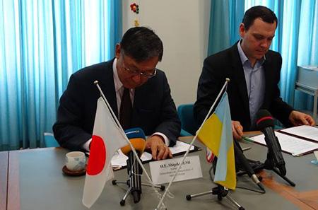 Подписание договора Послом Японии в Украине Шигеки Суми и президентом фонда «Счастливый ребенок» Альбертом Павловым